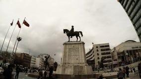 阿塔图尔克纪念品马正方形土耳其语的下垂路人鸽子多云天安卡拉 股票录像