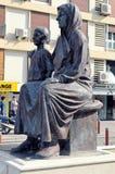 阿塔图尔克雕象有他的母亲的,在市伊兹密尔,土耳其 免版税库存照片
