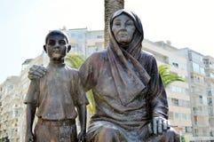 阿塔图尔克雕象有他的母亲的,在市伊兹密尔,土耳其 免版税库存图片