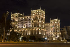 阿塞拜疆的政府房子在晚上在巴库,阿塞拜疆 库存图片