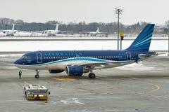 阿塞拜疆航空公司飞机在鲍里斯皮尔机场 基辅,乌克兰 库存照片