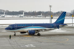 阿塞拜疆航空公司飞机在鲍里斯皮尔机场 基辅,乌克兰 库存图片