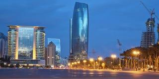 阿塞拜疆,夜平衡边的Azadlig广场的巴库 平凡自由-位于岸的Azadlig里海 库存图片