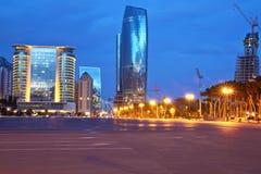 阿塞拜疆,夜平衡边的Azadlig广场的巴库 平凡自由-位于岸的Azadlig里海 免版税库存图片