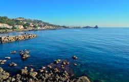 阿奇雷亚莱,卡塔尼亚,意大利峭壁  免版税库存照片