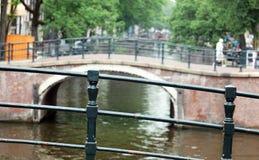 阿姆斯特丹、荷兰、城市运河、小船、桥梁和街道 独特的美丽和狂放的欧洲城市 免版税库存图片