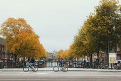 阿姆斯特丹、荷兰、阿姆斯特丹-有运河的桥梁的旅游中心2016年10月,看法和wheelmen 免版税库存图片