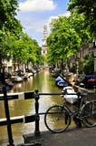 阿姆斯特丹、镇香奈儿和教会有自行车的 免版税库存图片