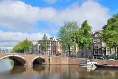 阿姆斯特丹。横跨运河的桥梁 免版税库存照片