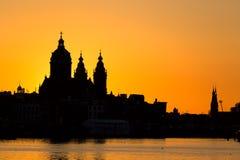 阿姆斯特丹与圣尼古拉斯Sint-Nicolaaskerk教会的都市风景地平线在日落期间的 美丽如画阿姆斯特丹,荷兰 库存图片