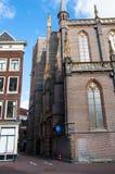 阿姆斯特丹使有17世纪大厦的,荷兰街道狭窄 库存图片