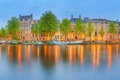 阿姆斯特丹全景和都市风景有小船、老大厦和Amstel河的,荷兰,荷兰 图库摄影