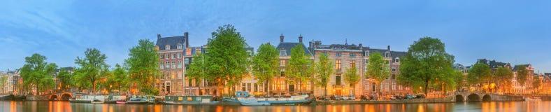 阿姆斯特丹全景和都市风景有小船、老大厦和Amstel河的,荷兰,荷兰 免版税库存照片