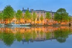 阿姆斯特丹全景和都市风景有小船、老大厦和Amstel河的,荷兰,荷兰 库存图片
