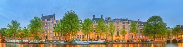 阿姆斯特丹全景和都市风景有小船、老大厦和Amstel河的,荷兰,荷兰 库存照片