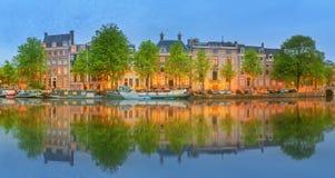 阿姆斯特丹全景和都市风景有小船、老大厦和Amstel河的,荷兰,荷兰 免版税图库摄影