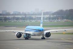 阿姆斯特丹史基浦机场荷兰- 2018年4月14日:在柏油碎石地面的KLM飞机 库存照片