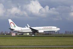 阿姆斯特丹史基浦机场-摩洛哥皇家航空公司波音737土地 免版税图库摄影