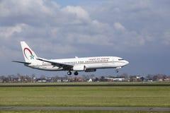 阿姆斯特丹史基浦机场-摩洛哥皇家航空公司波音737土地 库存照片