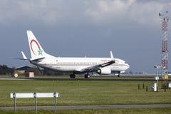 阿姆斯特丹史基浦机场-摩洛哥皇家航空公司波音737土地 库存图片