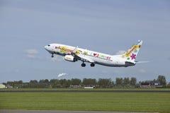 阿姆斯特丹史基浦机场-波音Transavia 737-8K2离开 免版税库存照片