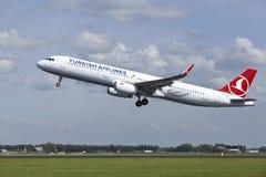 阿姆斯特丹史基浦机场-空中客车土耳其航空A321离开 免版税图库摄影