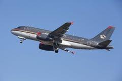 阿姆斯特丹史基浦机场-约旦皇家航空空中客车A319离开 免版税库存图片