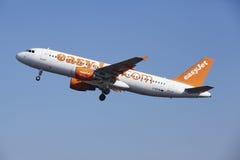 阿姆斯特丹史基浦机场- EasyJet空中客车A320离开 库存照片