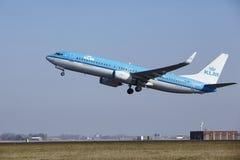 阿姆斯特丹史基浦机场- KLM波音737离开 免版税库存照片