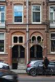 阿姆斯特丹和cycler的议院 免版税库存照片