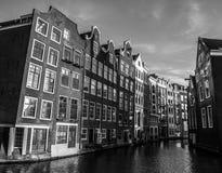 阿姆斯特丹在太阳集合时间的市中心特写镜头著名大厦黑白的照片  图库摄影