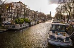 阿姆斯特丹在太阳集合时间的市中心著名大厦和地方  一般风景视图 免版税库存照片
