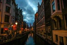 阿姆斯特丹在太阳集合时间的市中心著名大厦和地方  库存照片