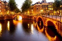 阿姆斯特丹在有运河和光的荷兰 库存图片