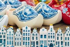 阿姆斯特丹在荷兰五颜六色的障碍物前面的运河房子 免版税库存图片