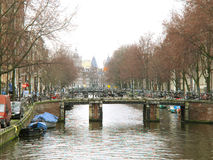 阿姆斯特丹在水运河0819的桥梁骑自行车 免版税库存图片