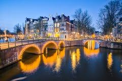 阿姆斯特丹地标,阿姆斯特丹市夜视图在荷兰 免版税库存照片