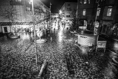 阿姆斯特丹夜街道有路人被弄脏的剪影的  免版税库存图片
