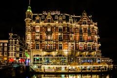 阿姆斯特丹大厦在晚上 图库摄影