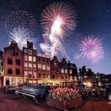 阿姆斯特丹市美好的镇静夜视图  五颜六色的烟花 免版税库存照片