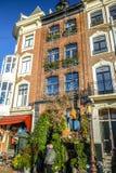 阿姆斯特丹市著名葡萄酒大厦太阳集合的 在传统荷兰人建筑学的一般风景视图 免版税库存图片