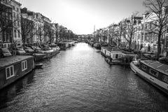 阿姆斯特丹市著名葡萄酒大厦太阳集合的 在传统荷兰人建筑学的一般风景视图 库存照片