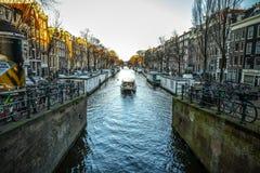 阿姆斯特丹市著名葡萄酒大厦太阳集合的 在传统荷兰人建筑学的一般风景视图 免版税图库摄影