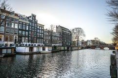 阿姆斯特丹市著名葡萄酒大厦太阳集合的 在传统荷兰人建筑学的一般风景视图 免版税库存照片