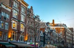 阿姆斯特丹市著名葡萄酒大厦太阳集合的 在传统荷兰人建筑学的一般风景视图 库存图片