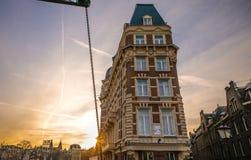 阿姆斯特丹市著名葡萄酒大厦太阳集合的 在传统荷兰人建筑学的一般风景视图 图库摄影