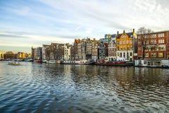 阿姆斯特丹市著名葡萄酒大厦&渠道太阳集合的 一般风景视图 免版税库存照片
