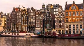 阿姆斯特丹建筑学和chanels在冬时 库存图片