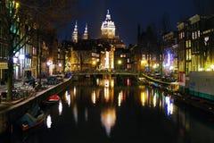 阿姆斯特丹教会夜间尼古拉斯st视图 库存图片