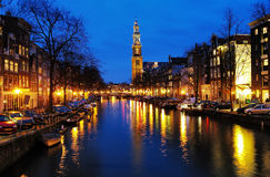 阿姆斯特丹教会西部夜间的视图 库存照片